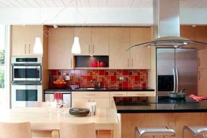 Lý do nên sử dụng kính màu thay vì dùng gạch men ốp cho gian bếp
