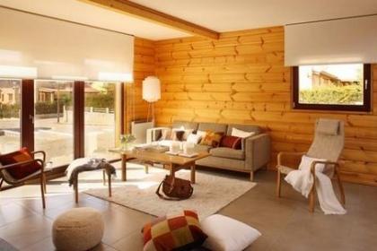 Phòng khách ấm áp với tường ốp gỗ